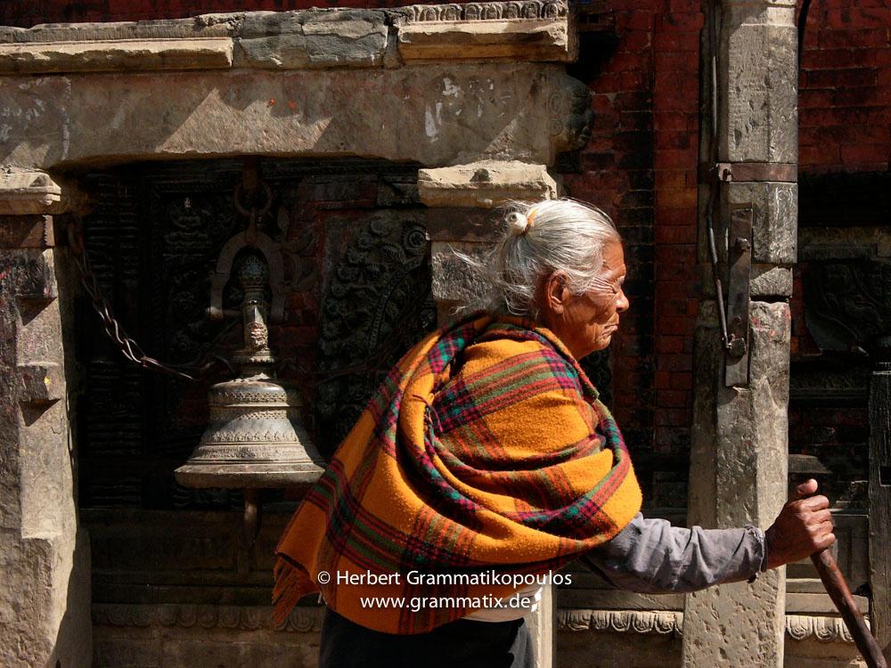 Nepal, Central Region, Bagmati Zone, Bhaktapur District, Bhaktapur District, Bhaktapur: Relaxing after hard work at the Dattatraya Square