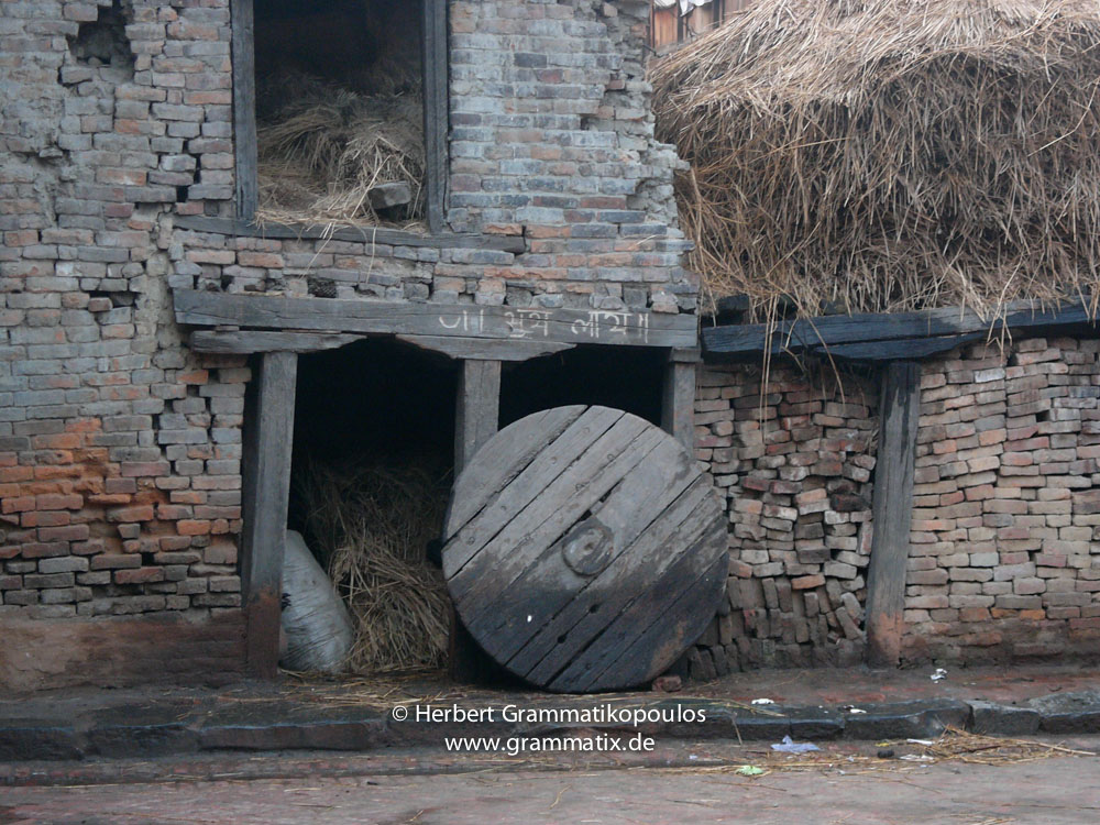 Nepal, Central Region, Bagmati Zone, Bhaktapur District, Bhaktapur, Dattatraya Square: Scene in a backyard