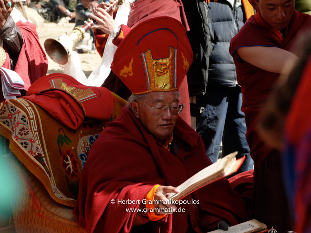 """Tibet, Purang, Tarboche (ca. 4670m), Kailash Kora: The """"Saga Dawa""""-festival (enlightment of Buddha; 3rd fullmoon after the Tibetan new year) in the south of valley Lha Chu river (River of Gods); the Rinpoche of Gyangdrak monastery (north of Darchen) surrounded by his monks"""