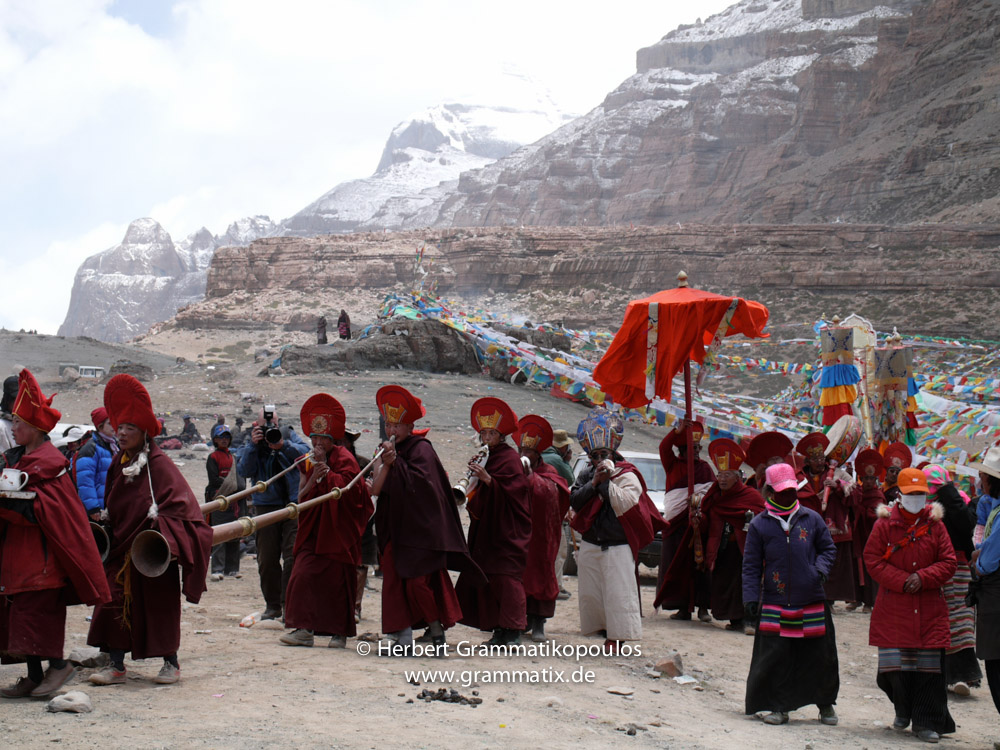 """Tibet, Purang, Tarboche (ca. 4670m), Kailash Kora: The """"Saga Dawa""""-festival (enlightment of Buddha; 3rd fullmoon after the Tibetan new year) in the south of valley Lha Chu river (River of Gods); the monks of Gyangdrak monastery (north of Darchen) doing their final prossecion after errecting of the pole"""