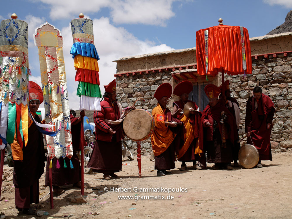 """Tibet, Purang, Tarboche (ca. 4670m), Kailash Kora: The """"Saga Dawa""""-festival (enlightment of Buddha; 3rd fullmoon after the Tibetan new year) in the south of valley Lha Chu river (River of Gods); final ceremony of the prossecion of the monks of Gyangdrak monastery (north of Darchen) at the only house of Tarboche"""