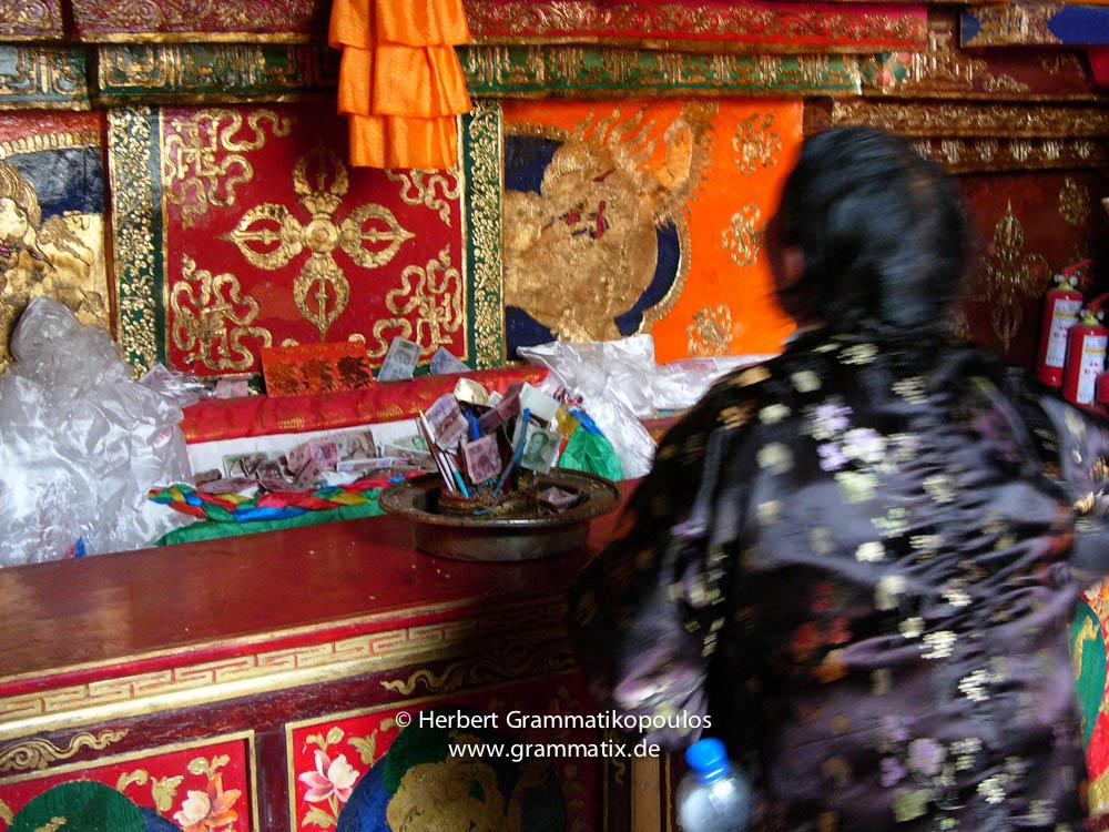Tibet, Shiga Tse, Zhashen Lumbu monastery (Tashi Lhunpo): Pilgrims offering mainly money, inside the Chapel of Jampa (Jamkhang Chenmo)