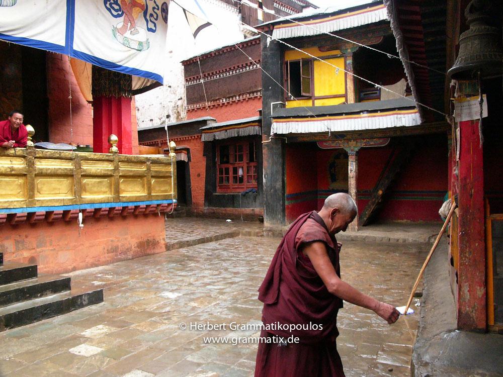 Tibet, Shiga Tse, Zhashen Lumbu monastery (Tashi Lhunpo): Scene inside a yard of the tomb of the 10th Panchen Lama