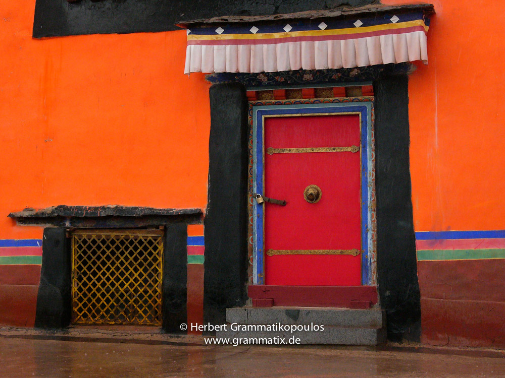 Tibet, Lhasa, Jokhang Temple (Tsuglhakhang, Barkhor): A door on the northern side on the terasse of the Jokhang temple, Siddhartha Gallery KTM 2005,