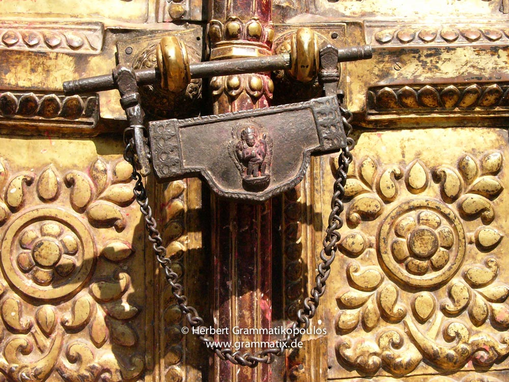 Nepal, Central Region, Bagmati Zone, Changu Narayan: A Talsa, the traditional lock mainly used at temples. This one at der Westside of the main temple (1/2); see also photos L1060185 and L1060191)