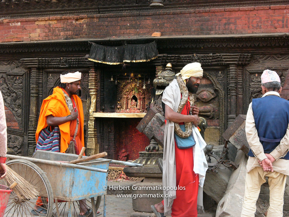 Nepal, Central Region, Bagmati Zone, Bhaktapur District, Bhaktapur, Taumadhi Square: Snake whistlers from India and street sweepersin front of the Bhairabnath Temple
