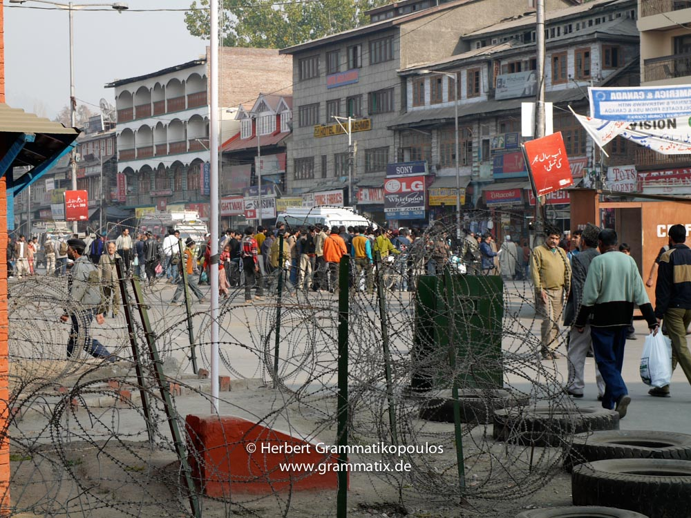 India, Kashmir, Srinagar, Lal Chowk: Scene from the heavely protected CPRF police station