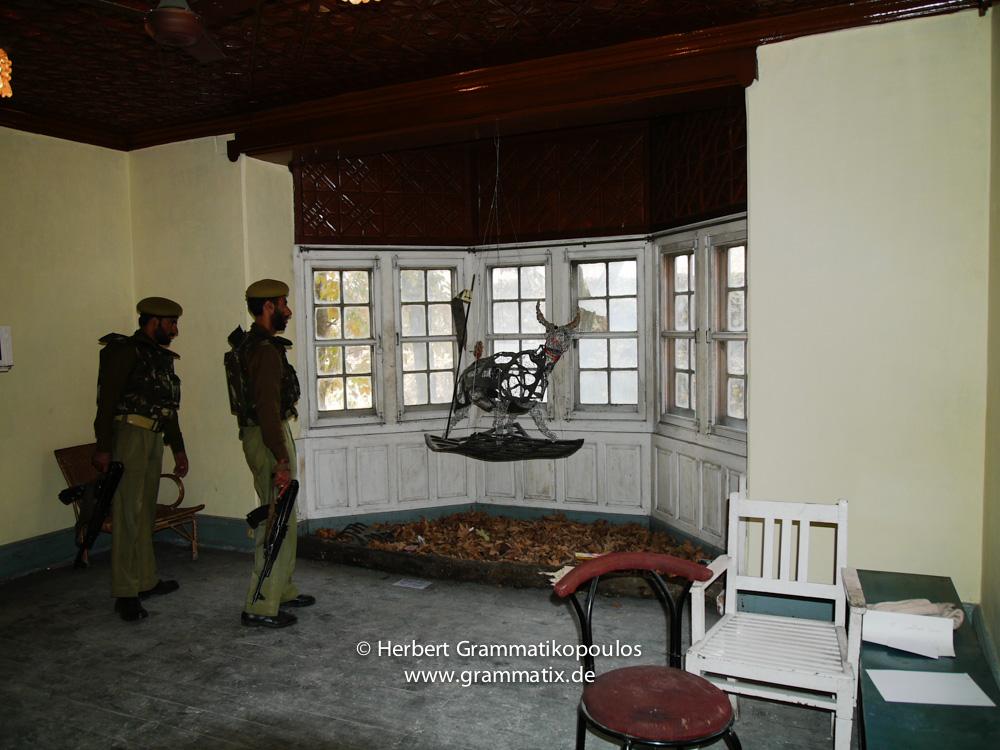 India, Kashmir, Srinagar, Khoj International Artists Workshop 2007: Armed guards of the police having a few short looks on the installations of Fiel dos Santos Rafael from Mozambique