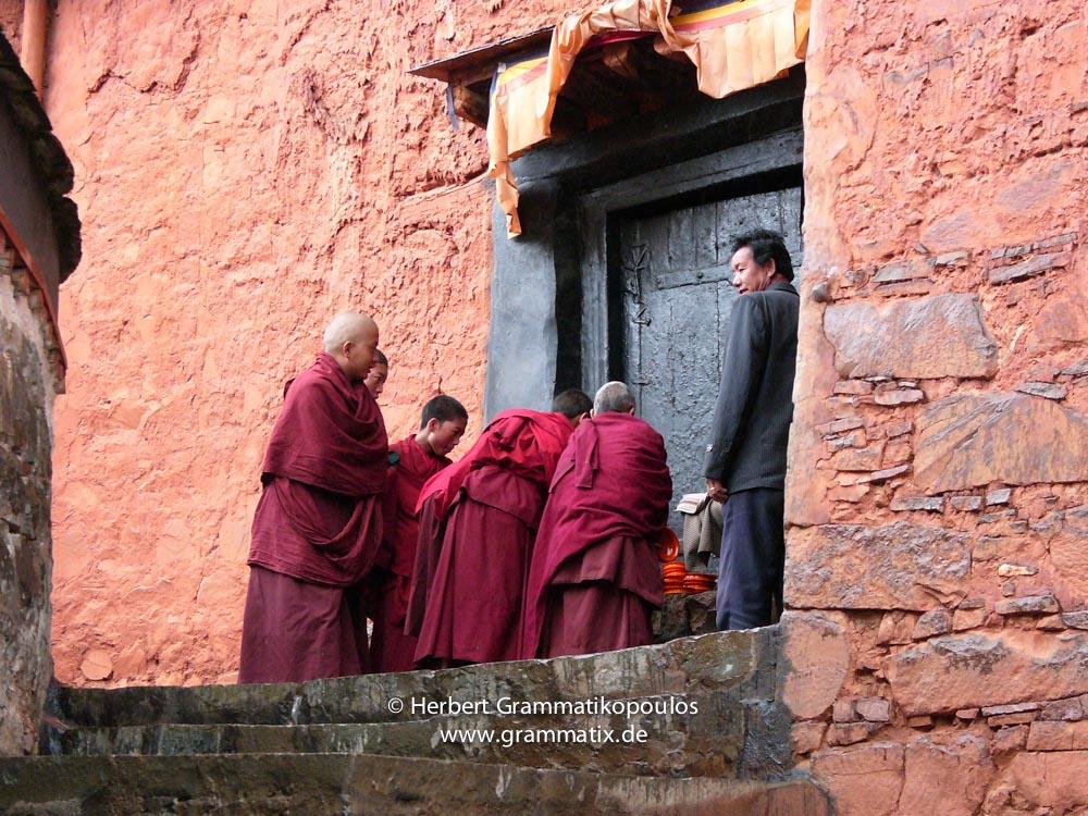 Tibet, Shiga Tse, Zhashen Lumbu monastery (Tashi Lhunpo): Monks at the kitchen at the southwestern corner outside of the courtyard