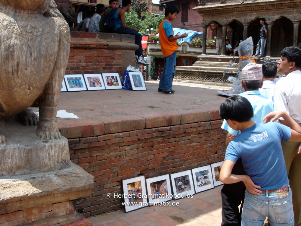 "Nepal, Central Region, Bagmati Zone, Lalitpur, Patan, Durbar Square: Spectators at my objekt ""Prisoned Peace"" at the open day of Sutra International Workshop"