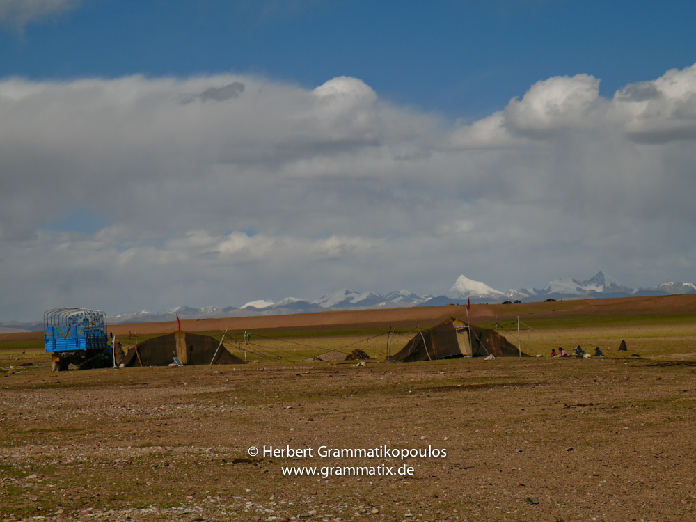 Tibet, Damzhung, Nam Tso (4718m): A Nomad group and the Samdai Kangsang (6595m) at the south-eastern shore of the lake