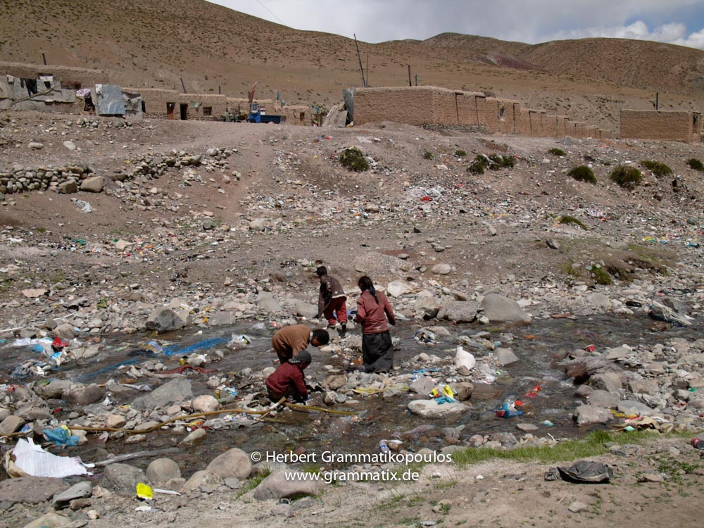 Tibet, Purang, Darchen (4620m), Kailash Kora: A glimbse of the village center, surching in the waste, awerelessly thrown into the river by the village people